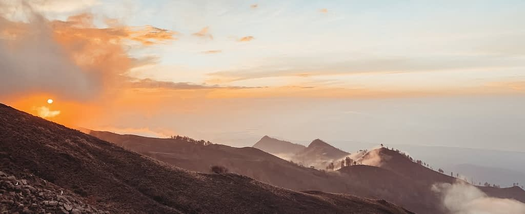 Landschaft mit Bergen, Sonnenaufgang und aufsteigenden Nebel. Ein Bild zum Energie ziehen