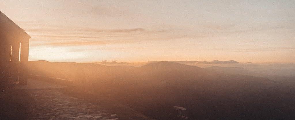 Sonnenuntergang hinter Berglandschaft
