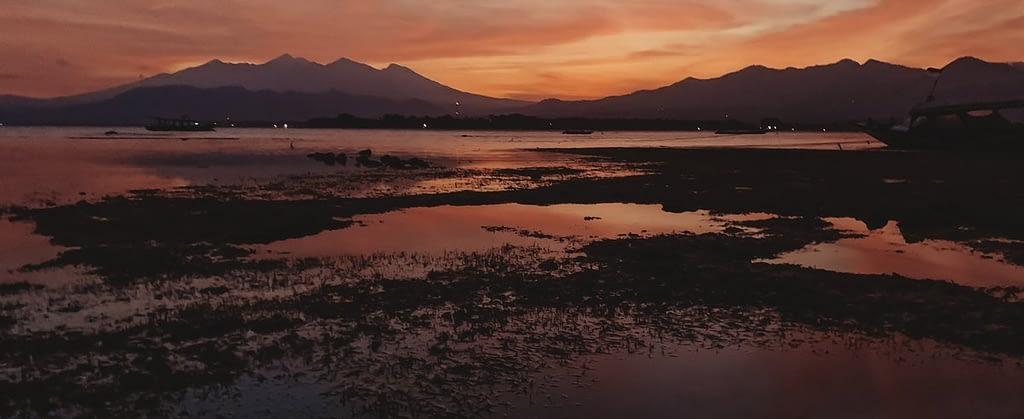 Landschaftsbild mit Bergen und einem Sonnenuntergang