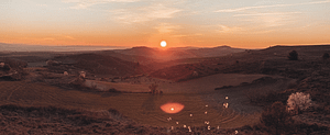 Berglandschaft im Sonnenuntergang. Diesen Ausblick zu genießen könnte eines deiner Ziele im Leben sein
