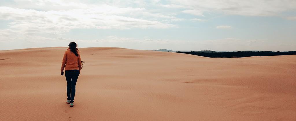 Sarah, Gründerin von Seelenkonferenz spatziert entlang einer Wüstenlandschaft, sie lebt ihren Tag als wäre es ihr letzter Tag