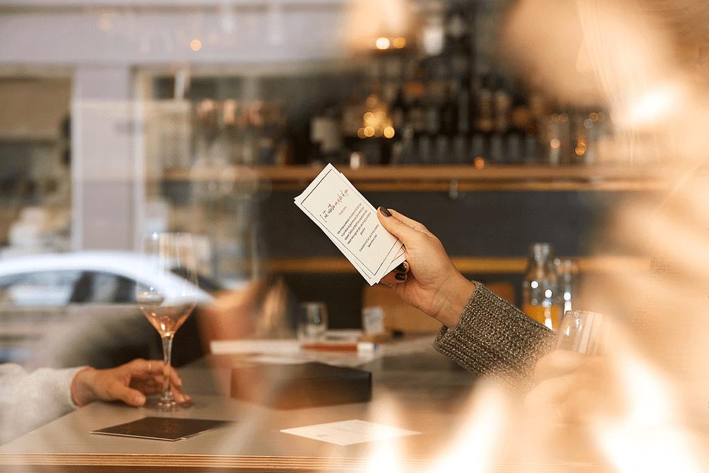 Seelenkonferenz das Kartensetz im Einsatz in einem Kaffee, Lernen Deinen gegenüber besser kennen und stelle tiefgründige Fragen